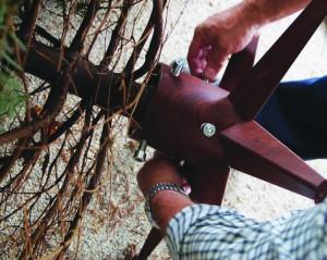 """I alt seks skruer i to """"ringe"""" omkring juletræsstammen sikrer, at træ og fod næsten automatisk kommer til at stå lige."""