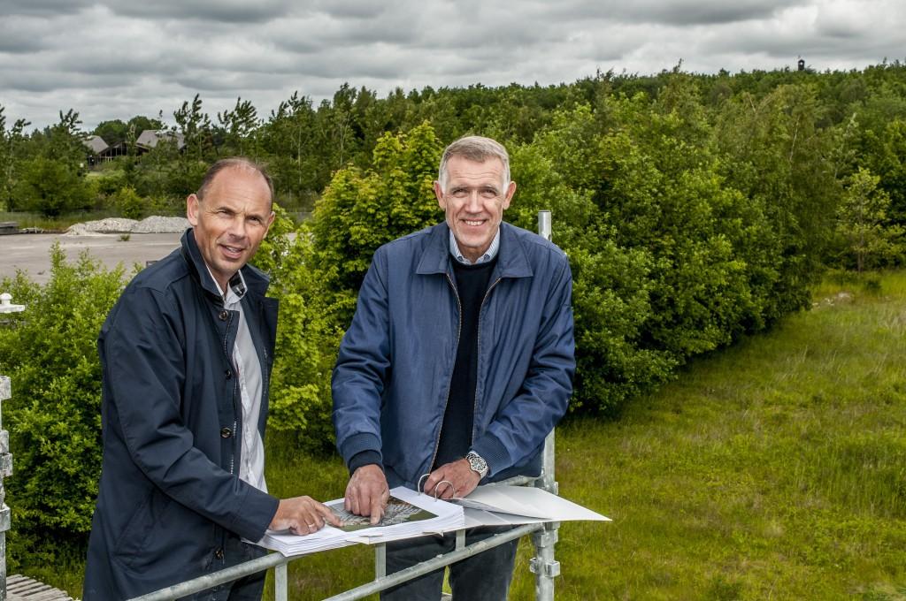 Bel Air CPH er tegnet af arkitekt Kim Utzon (t.h.), der her ses med direktør Jesper Skovsgaard, 2E Group på byggegrunden med udsigt til golfbanen