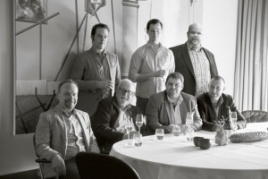 Forfatterne bag bogen. Mad Stenstrup (stående yderst til højre) fortæller om tilblivelsen - på Mortens Kro, torsdag den 5. juni.