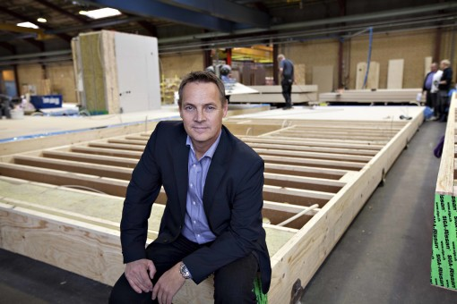 Salgsdirektør Jesper Hoffmann er meget stolt over prisen som Årets Byggeri går til et Scandi Byg-byggeri. Hvilket han håber vil få endnu flere til at åbne øjnene for de arkitektoniske muligheder som modulbyggeri rummer.