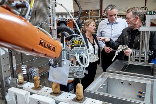 Foto(s)(Kartoffelrobot 1 og 2): Fødevarestyrelsens nye robotløsning under de sidste vellykkede stresstests hos producenten KP Automation. Robotten automatiserer de mange tusinde prøver, der hver dag i sæsonen skal tages på danske læggekartofler til eksport. På foto 1 ses desuden Fødevarestyrelsens laboratoriechef Erik Dahm og styrelsens sektionsleder, Mette Bakmann, i drøftelse med KP Automations adm. dir. Kim Poulsen. (Foto Tony Brøchner)