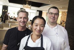 Restauratør Morten Nielsen (t.v.) på sin kro med to af sine nye specialister: Maria Hartmann, den nye frokostkøkkenchef fra Aamanns, og Fabien Chevreuil (t.h.) konditoren, der har fulgt Michel Micheaud i mange år.
