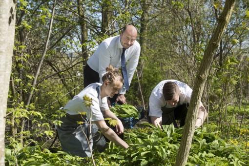 Rasmus Bermann, Danni Bühlmann og Dennis Carlsen finder ramsløg i parken ve Hotel Scheelsminde, forud for, Nordic Prize. Foto: © Michael Bo Rasmussen / Baghuset. Dato: 04.05.16