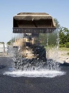 NCC har etableret ny klimavej på Lufthavnsvej i Aalborg. En grabfuld vand hældes på for at vise absorbtionsevnen. Foto: © Michael Bo Rasmussen / Baghuset. Dato: 17.08.15