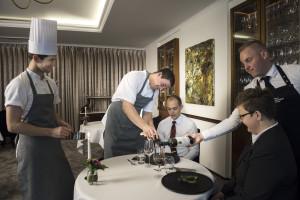 Dennis Carlsen (nr. 2 fra venstre) har bl.a. en spændende andeanretning m. trøfler på den nye efterårsmenu, der her serveres for gæsterne i den lille eksklusive restaurant på Hotel Scheelsminde med plads til højest 24 gæster.