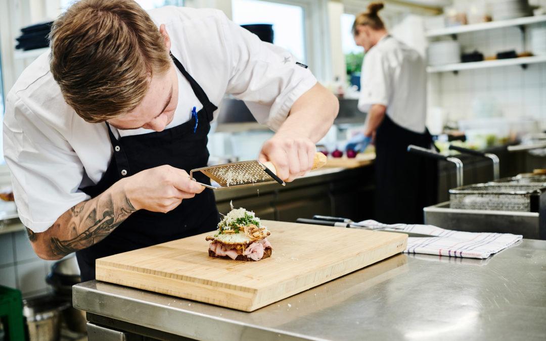 """Ung landholdskok skaber """"rigtig"""" restaurant med """"feminin"""" mad i Aalborg Golf Klub"""