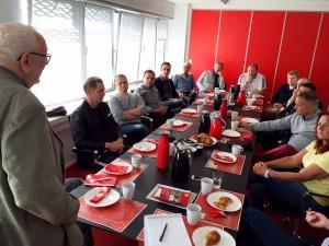 Stående på fotoet er det redaktør Bent Christensen, Den Danske Spiseguide, der på mødet gav restauratørerne et kort oplæg om, hvad internationale bedømmere lægger vægt på.