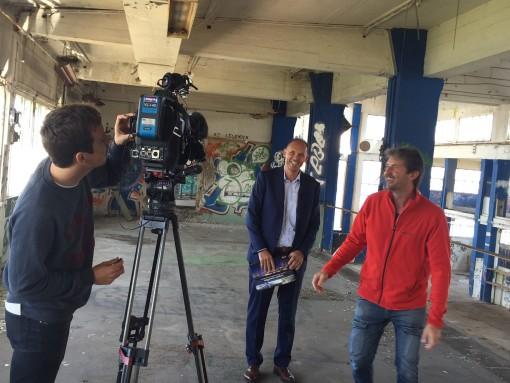 2E Boligs indehaver Jesper Skovsgaard bliver interviewet til TV2Nord vedr. planerne om at skabe nye luksusboliger i den historiske værftshal på Aalborg Havn.